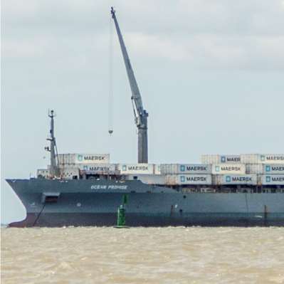 Cargue de contenedores a buque